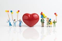 Concept heureux de carte ou de papier peint de jour du ` s de Valentine, peopl miniature Photo stock