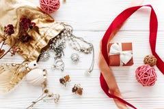 Concept heureux de carte de Saint Valentin présent et luxe élégants de rouge Images stock