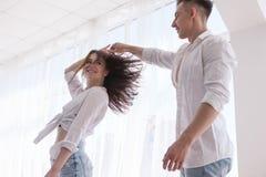Concept heureux de danse de couples d'amour Image stock
