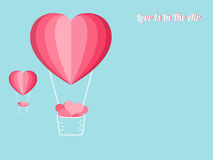 Concept heureux de jour du ` s de valentine de l'amour Ballons à air chauds de forme de coeur portant beaucoup de coeur Conceptio Photo stock