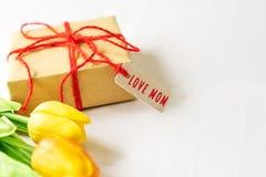 Concept heureux de jour du ` s de mère Boîte-cadeau et fleur, étiquette de papier avec Photo libre de droits