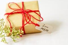 Concept heureux de jour du ` s de mère Boîte-cadeau et fleur, étiquette de papier avec le texte de MAMAN d'AMOUR Photos libres de droits
