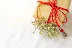 Concept heureux de jour du ` s de mère Boîte-cadeau et fleur, étiquette de papier avec le texte de MAMAN d'AMOUR d'I Photographie stock libre de droits