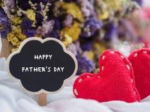 Concept heureux de jour du ` s de père étiquette en bois avec le JOUR HEUREUX t du ` S de PÈRE photo stock