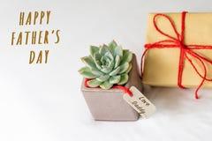 Concept heureux de jour du ` s de père Boîte-cadeau et cactus vert, étiquette de papier avec le texte de papa d'amour Photographie stock