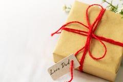 Concept heureux de jour du ` s de père Boîte-cadeau et fleur, étiquette de papier avec le texte de papa d'amour Image libre de droits