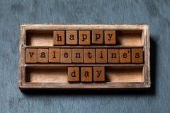Concept heureux de jour de valentines Boîte de vintage, expression en bois de cubes avec des lettres de style ancien Fond texturi Photos libres de droits