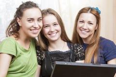 Concept heureux de mode de vie Trois meilleures amies caucasiennes Sittin Photos libres de droits