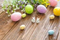 Concept heureux de Pâques Lapins avec des oeufs de pâques sur la table en bois Petit lapin de Pâques mignon Photographie stock