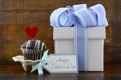 Concept heureux de pères avec le cadeau et le petit gâteau bleus et blancs Images stock