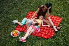 Concept heureux de rêverie d'amour de famille de pique-nique de nature Photographie stock libre de droits