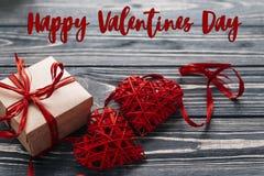 Concept heureux de signe des textes de jour de valentines présent élégant de rouge et Image libre de droits