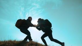 Concept heureux de voyage d'affaires d'aide de travail d'?quipe de famille deux randonneurs homme et grimpeurs de touristes de fe clips vidéos