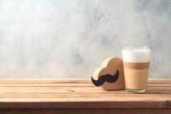Concept heureux du jour de p?re avec du caf? et le bo?te-cadeau de cr?me de latte image libre de droits