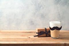 Concept heureux du jour de p?re avec du caf? et le bo?te-cadeau de cr?me de latte images libres de droits