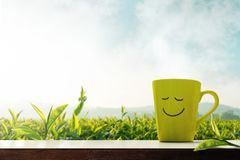 Concept heureux et de relaxation Une tasse de thé chaud avec Smiley Face photo libre de droits