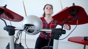 Concept hobby en muziek Jonge vrouwenslagwerker die elektronische trommeluitrusting thuis uitoefenen stock videobeelden