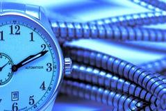 Concept horloges en kabels over blauw Royalty-vrije Stock Foto