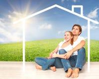 Concept: huisvesting en hypotheek voor jonge families paar die van huis dromen stock afbeelding