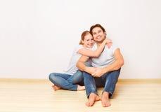 Concept: huisvesting en hypotheek voor jonge families paar op emp royalty-vrije stock afbeeldingen