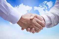Concept humain international de jour de solidarité : Deux hommes d'affaires se serrant la main photos libres de droits