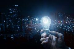 Concept idee en innovatie Hand met een brandend toestel stock afbeeldingen