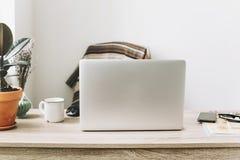 Concept indépendant Bureau avec l'ordinateur portable, téléphone, carnet, café Photos stock