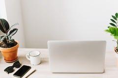 Concept indépendant Bureau avec l'ordinateur portable, téléphone, carnet, café Image stock