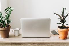 Concept indépendant Bureau avec l'ordinateur portable, téléphone, carnet, café Photographie stock libre de droits