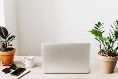 Concept indépendant Bureau avec l'ordinateur portable, téléphone, carnet, café Image libre de droits