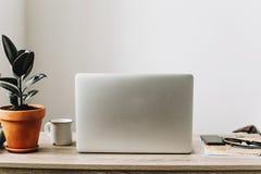 Concept indépendant Bureau avec l'ordinateur portable, téléphone, carnet, café Photo libre de droits