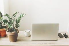 Concept indépendant Bureau avec l'ordinateur portable, téléphone, carnet, café Images stock