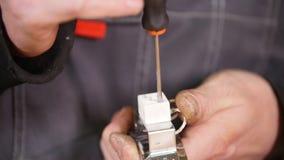Concept industriel Un travailleur faisant le travail de détail photo stock