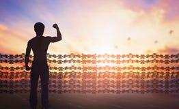 Concept international de jour de droits de l'homme : La silhouette de l'homme a soulevé des mains au fond de coucher du soleil images stock