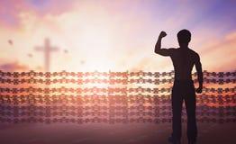 Concept international de jour de droits de l'homme : La silhouette de l'homme a soulevé la liberté religieuse de mains photos stock