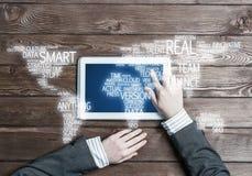 Concept internationale zaken of verbinding met vrouw die tabletgadget gebruiken Stock Foto