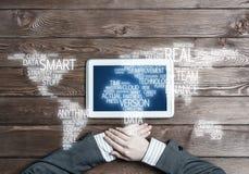 Concept internationale zaken of verbinding met vrouw die tabletgadget gebruiken Royalty-vrije Stock Afbeelding