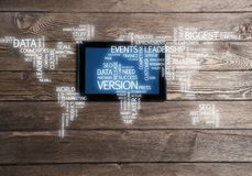 Concept internationale zaken of verbinding met vrouw die tabletgadget gebruiken Stock Afbeelding
