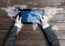 Concept internationale zaken of verbinding met vrouw die tabletgadget gebruiken Royalty-vrije Stock Afbeeldingen