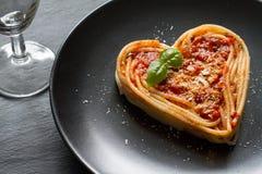 Concept italien d'abrégé sur régime alimentaire d'amour de coeur de pâtes de spaghetti sur le fond noir Image stock
