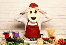 Concept italien de cuisine Cuisinier avec le visage caché dans l'uniforme image libre de droits