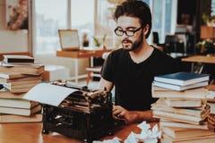 Concept Jong Guy Working op Schrijfmachine royalty-vrije stock foto's