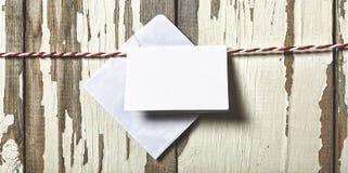 Concept : Jour du ` s de Valentine Enveloppe pour une lettre d'amour sur une corde rouge sur un fond blanc en bois Image libre de droits