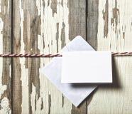 Concept : Jour du ` s de Valentine Enveloppe pour une lettre d'amour sur une corde rouge sur un fond blanc en bois Image stock