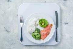 Concept Ketogenic de nourriture - plat avec la nourriture de cétonique sur des poids Photographie stock libre de droits