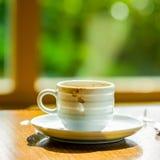 Concept kopkoffie en gescheurd document dichtbij het venster in Th wordt gedronken dat stock fotografie