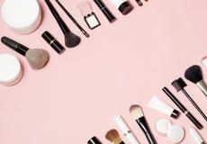 Concept kosmetische buizen en van roomcontainers hoogste mening over roze achtergrond stock afbeelding