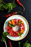 Concept Larb cru épicé thaïlandais, style thaïlandais de nourriture de tartre de boeuf sur le blac Images stock