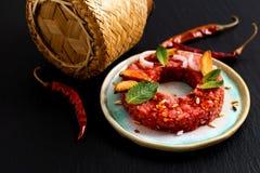 Concept Larb cru épicé thaïlandais, style thaïlandais de nourriture de tartre de boeuf sur le blac Photo libre de droits