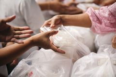 Concept liefdadigheidsvoedsel voor de armen: het concept het levensproblemen, honger in de maatschappij: Het helpen van Mensen me stock afbeeldingen